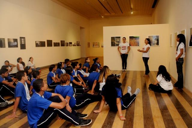 Educadores em ação durante a visitação escolar em 2013. Foto: Irene Almeida
